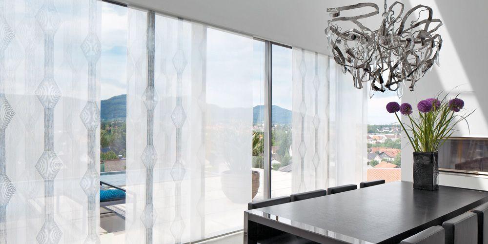 Flächenvorhänge an großem Fenster