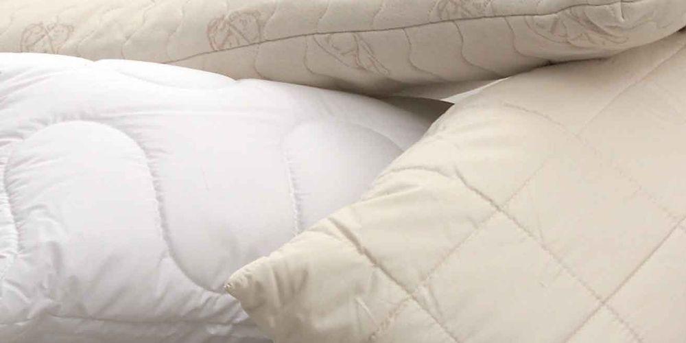 3 übereinander liegende Kissen aus natürlichen Materialien.