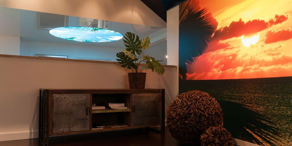 Spanndecken mit beleuchten Bildmotiven im Raum inszeniert
