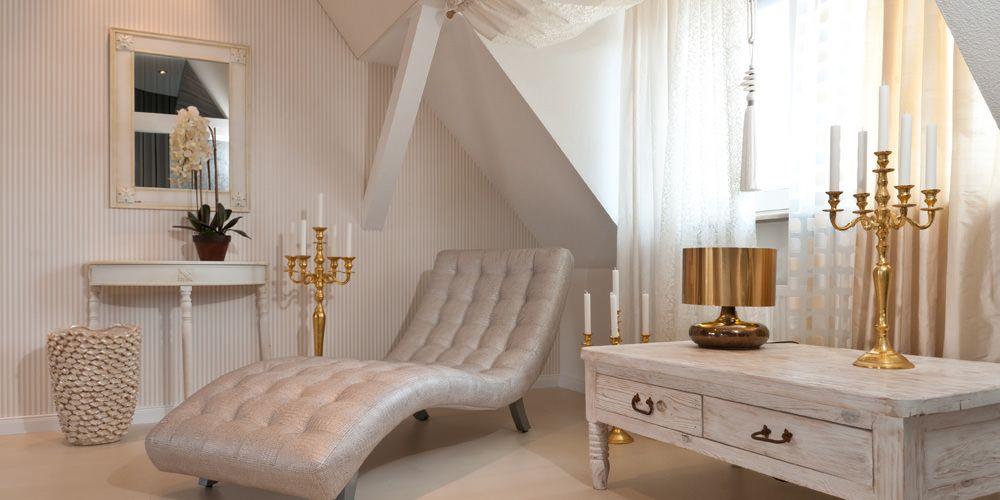 Elegante, romantisch-moderne Kombination in Creme-, Weiß- und Goldtönen